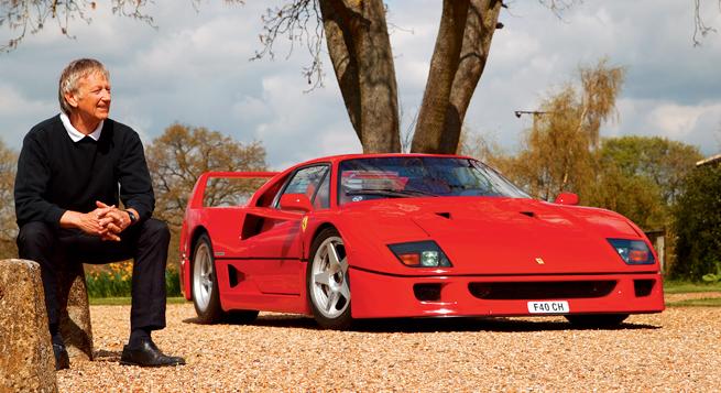 Ferrari F40. Los primeros de los 1311 autos producidos tienen ventanas laterales corredizas tipo carreras, los autos posteriores tienen manija para subir y bajar