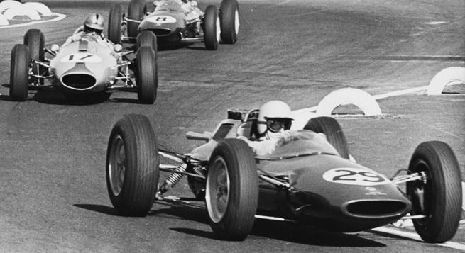 Taylor lidera en el Lotus ganador (#29) que cedería a Clark (#8), quien sigue a Brabham (#17)
