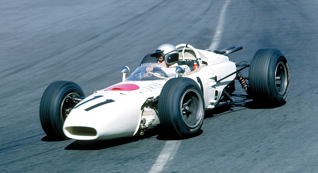 Richie  Ginther se enfila hacia la Horquilla en la carrera final de la fórmula de 1.5 litros