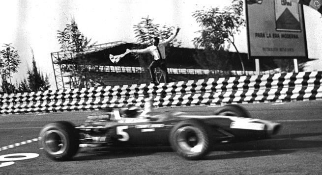 Clark cruza la meta victorioso ante el banderazo del director del Gran Premio, Javier Velázquez.