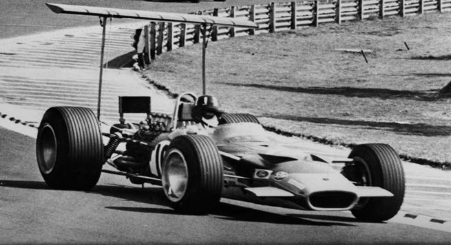 Hill con su Lotus 49B de ala trasera alta, como determinaba la aerodinámica rudimentaria