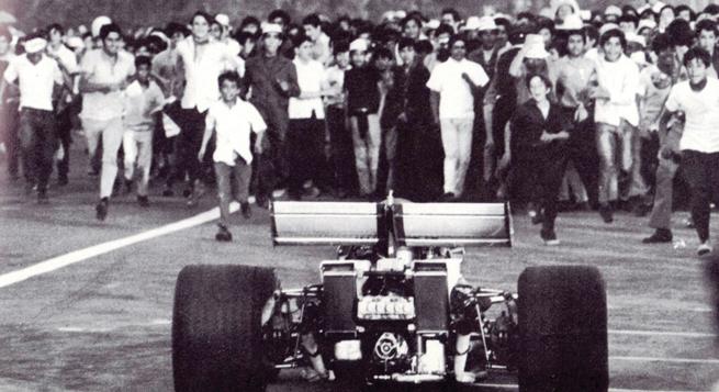 La  vuelta del triunfo era imposible, la pista estaba tomada apenas pasado la meta, como se aprecia.