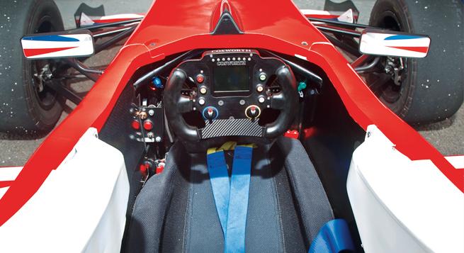 La cómoda cabina del F4 se siente como una versión a escala de la de un F1, con lecturas digitales y botones en un volante recortado