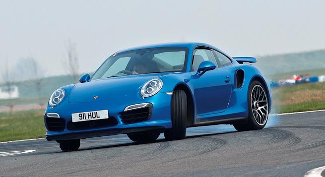 El 911 Turbo S tiene bastante adherencia, pero fácilmente más que suficiente potencia para rebasarla.