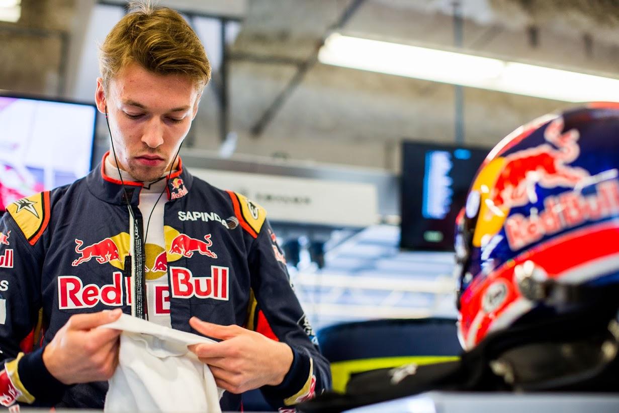 Daniil Kvyat (RUS) Scuderia Toro Rosso STR11, en su taller . G.P. de EEUU, Circuito de Las Américas, Austin, Texas, Decimoctacva prueba del mundial, viernes 21, octubre, 2016.