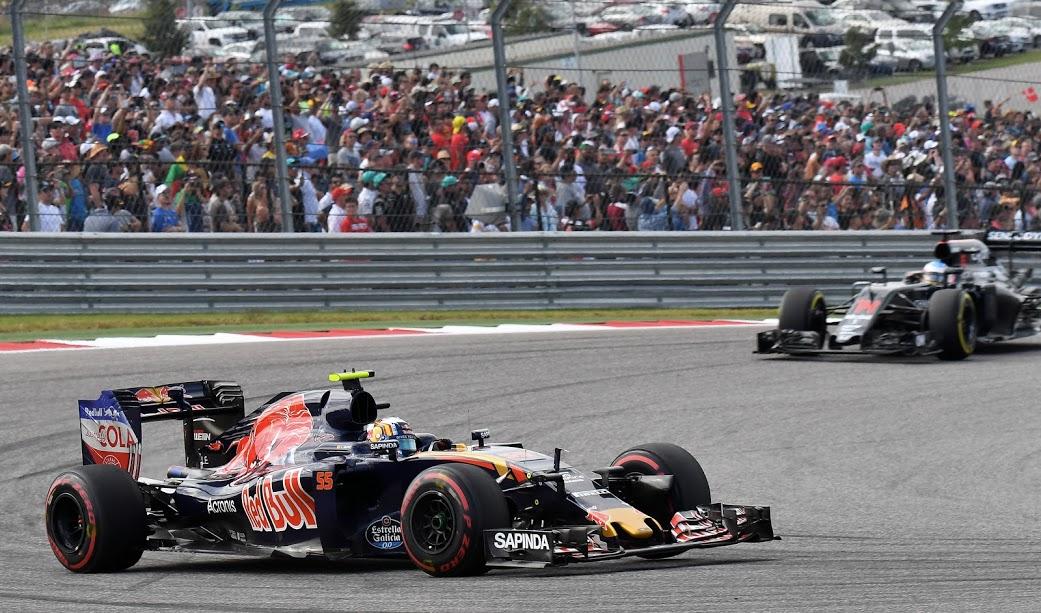"""Carlos Sainz (ES) Toro Rosso en la carrera delante de Alonso G.P. de Estados Unidos, """"Circuit of the Americas"""", Austin, Texas, 18 prueba del mundial, domingo 23 de octubre de 2016."""