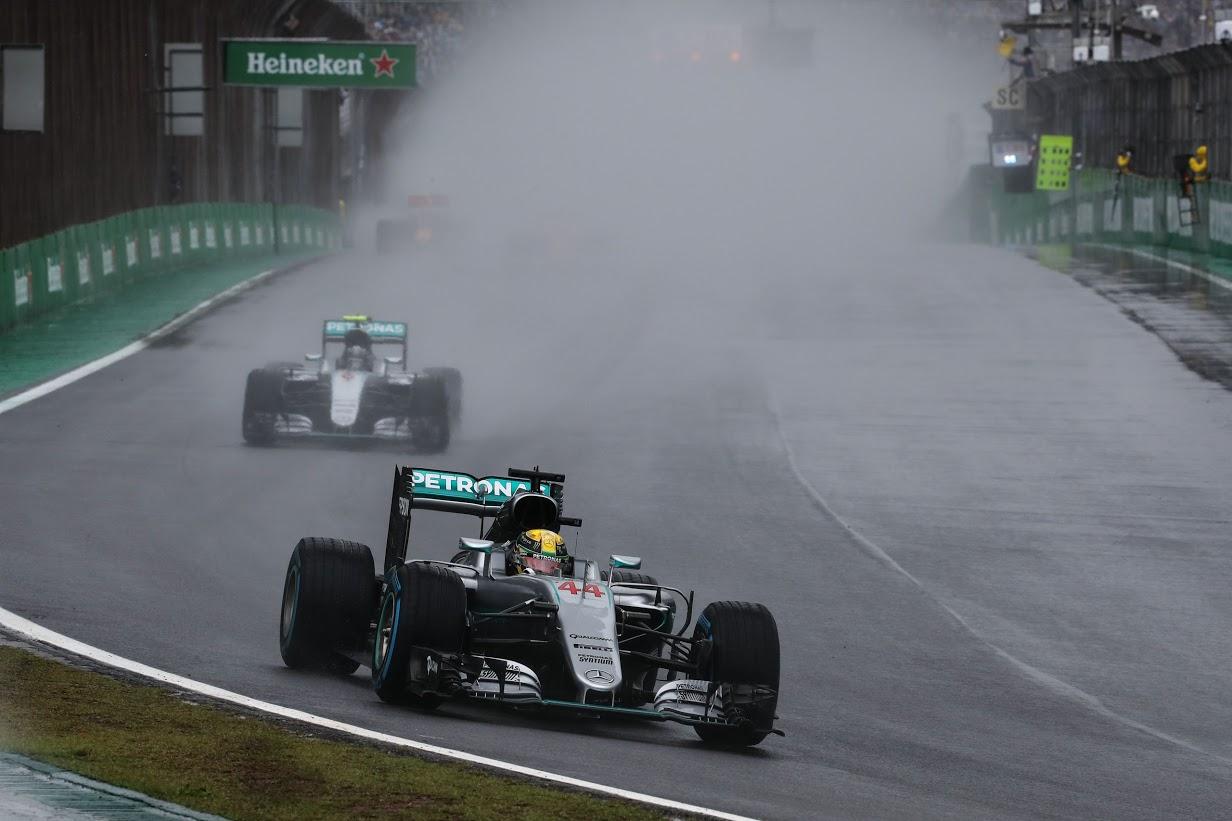 Lewis Hamilton (GBR) Mercedes-Benz F1 W07 delante de Nico Rosberg (ALE) Mercedes Benz . G.P. de Brasil, Autódromo José Carlos Pace, Barrio de Interlagos, suburbios de Sao Paulo, Brasil. Vigésima prueba del mundial, domingo 13, noviembre, 2016.