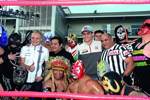 Los luchadores de lucha mexicana con valtteri Bottas y Esteban Gutierrez (MEX) Haas G.P. de Mexico, 19 prueba del mundial, circuito hermanos Rodriguez el jueves 27 de octubre de 2016