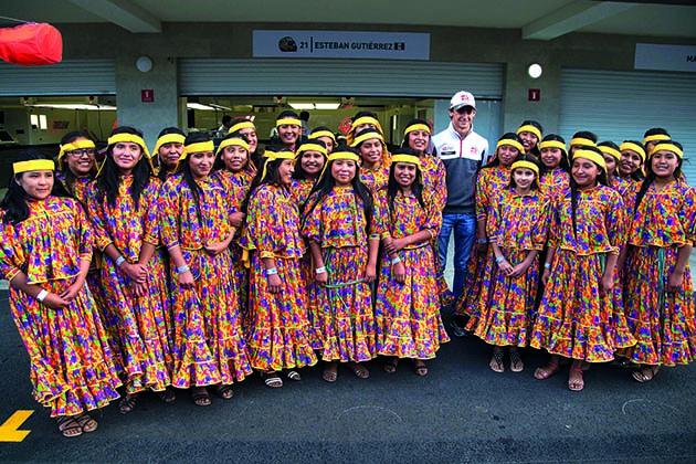 Esteban Gutierrez (MEX) Haas F1 y sus jóvenes. G.P. de Méjico, Circuito Hermanos Rodríguez, Ciudad de Méjico, Méjico. Decimonovena prueba del mundial, jueves 27, octubre, 2016.