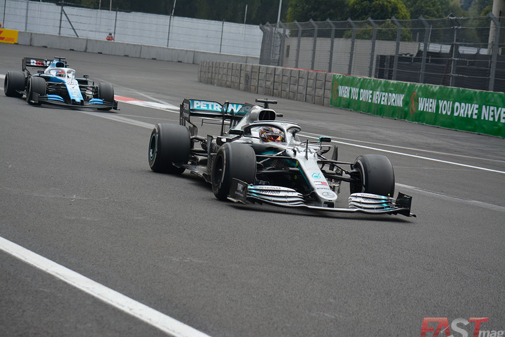 Lewis Hamilton (Mercedes AMG) dejando atrás al rezagado de George Russell (Williams). FOTO: Carlos A. Jalife Ruz