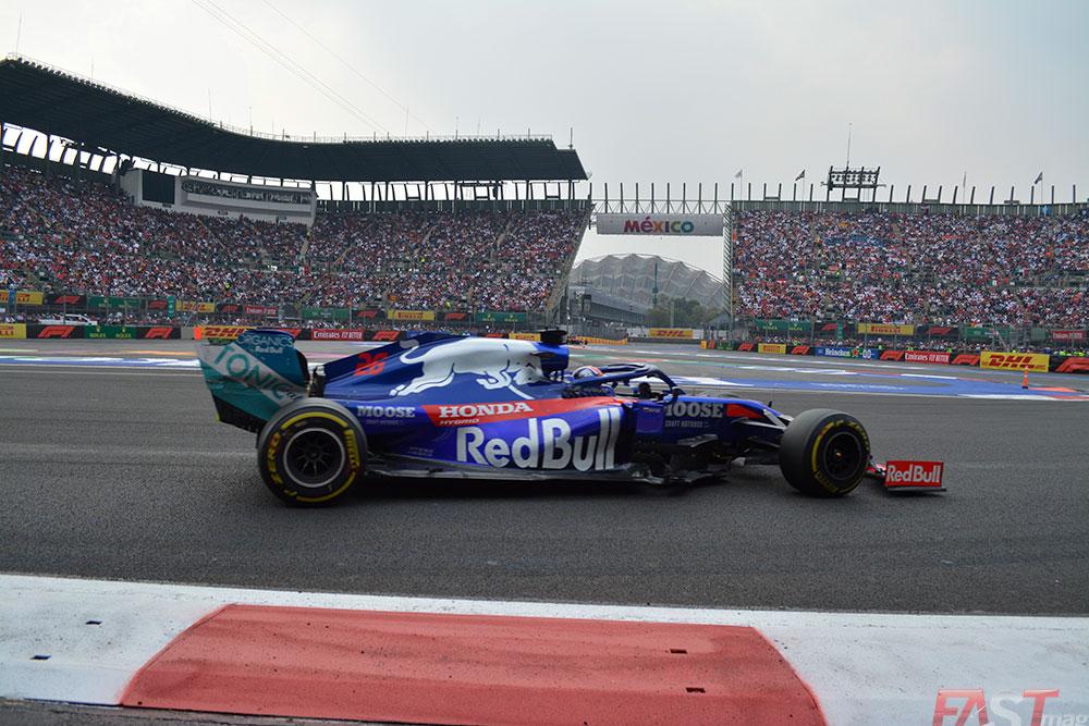 Daniil Kvyat (Toro Rosso) frente a la concurrencia del Foro Sol (FOTO: Carlos A. Jalife Ruz)
