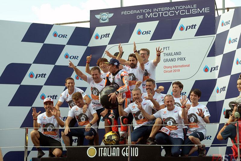 Marc Márquez festejando un campeonato más con los miembros de Honda Repsol Racing en el podio del GP tailandés del MotoGP (FOTO: Luis Ugarte)