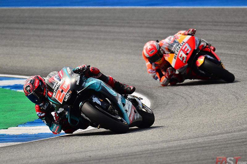 Fabio Quartararo (SRT Yamaha) mantiene a distancia a Marc Márquez (Repsol Honda Team) durante el GP tailandés del MotoGP (FOTO: Luis Ugarte)
