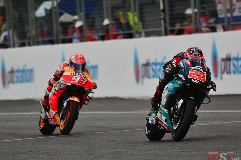 Fabio Quartararo (SRT Yamaha) lidera sobre Marc Márquez (Repsol Honda Team) durante el GP tailandés del MotoGP (FOTO: Luis Ugarte)
