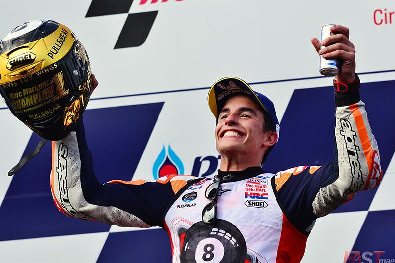 Marc Márquez (Repsol Honda Team) festejando en el podio del GP tailandés del MotoGP (FOTO: Luis Ugarte)