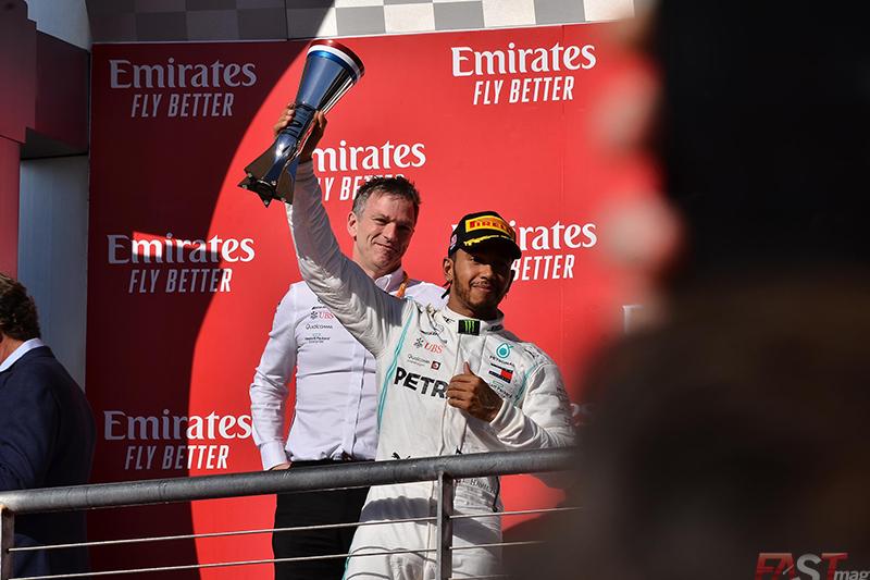 Lewis Hamilton (Mercedes AMG) recibe el trofeo de segundo lugar del GP de Estados Unidos (FOTO: Luis Felipe Ugarte)