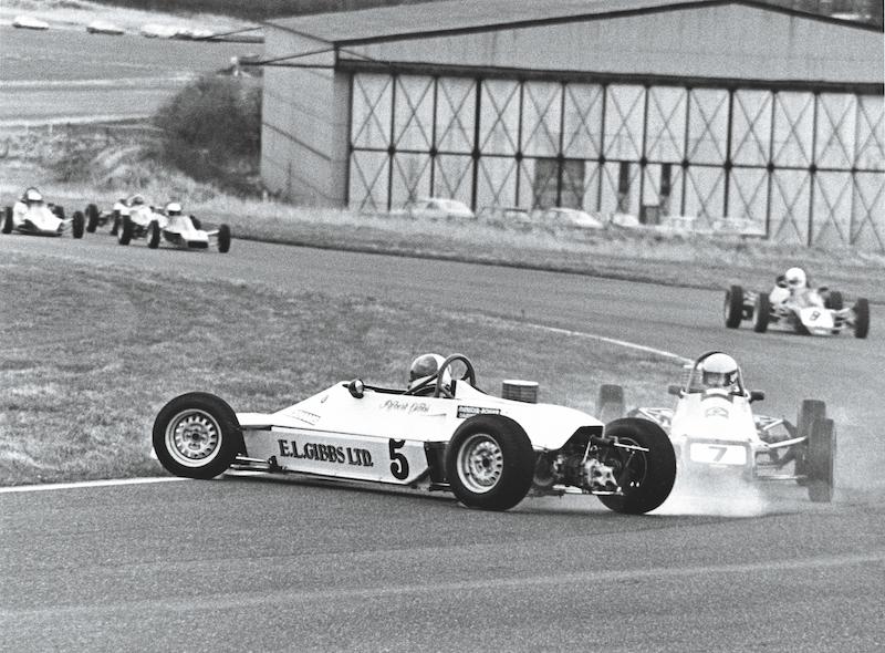 Senna da Silva evitando un trompeado en Thruxton en FF1600 en 1981.
