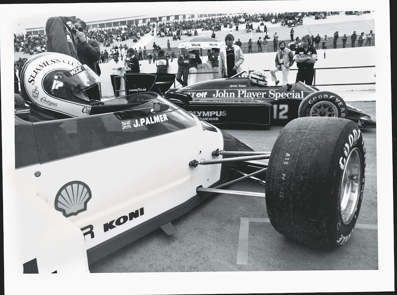 ¿A dónde? Senna va antes a la pista dejando a Palmer en espera en Portugal 1985.