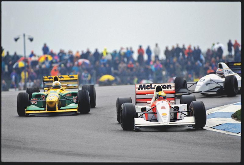 Pasando rezagados en el GP de Europa de 1993, Patrese (6) y Barbazza (24).
