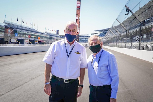 Jean Todt en la Indianápolis 500 con Roger Penske (FOTO: Gustavo Rosso)