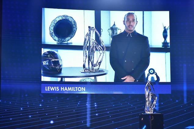 Lewis Hamilton con su séptimo trofeo de F1 (FOTO: FIA)