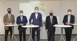 Representantes de Porsche y Penske firman acuerdo para proyecto LMDh (FOTO: Porsche)