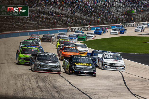 John Hunter Nemechek (No. 4 Kyle Busch Motorsports) liderando al pelotón durante el SpeedyCash.com 220 de Camionetas de NASCAR en Texas Motor Speedway (FOTO: Arturo Vega para FASTMag)