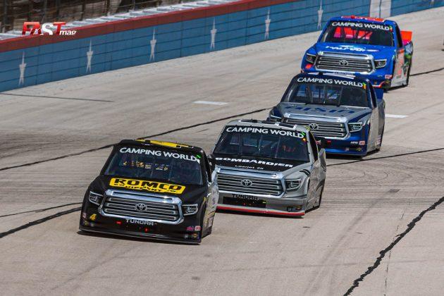 John Hunter Nemechek (No. 4 Kyle Busch Motorsports) siendo perseguido por Ben Rhodes (No. 99 Thorsport) durante el SpeedyCash.com 220 de Camionetas de NASCAR en Texas Motor Speedway (FOTO: Arturo Vega para FASTMag)