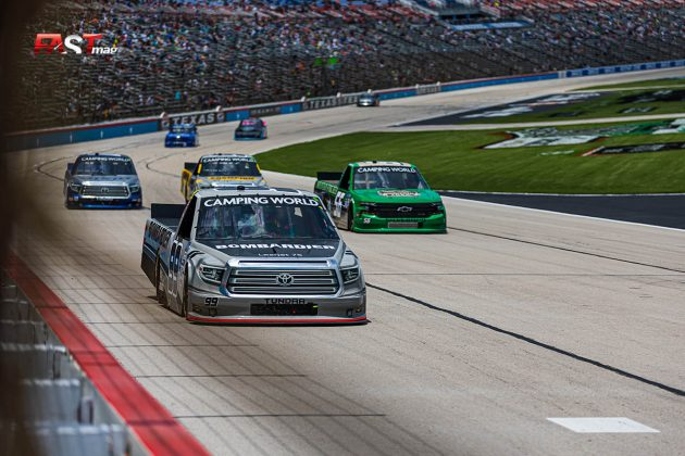 Ben Rhodes (No. 99 Thorsport) liderando a un grupo de autos durante el SpeedyCash.com 220 de Camionetas de NASCAR en Texas Motor Speedway (FOTO: Arturo Vega para FASTMag)