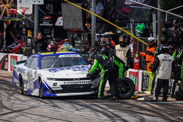 Jeb Burton (No. 10 Kaulig Racing) haciendo una detención en fosos durante el Alsco Uniforms 250 de la serie Xfinity de NASCAR (FOTO: Arturo Vega para FASTMag)