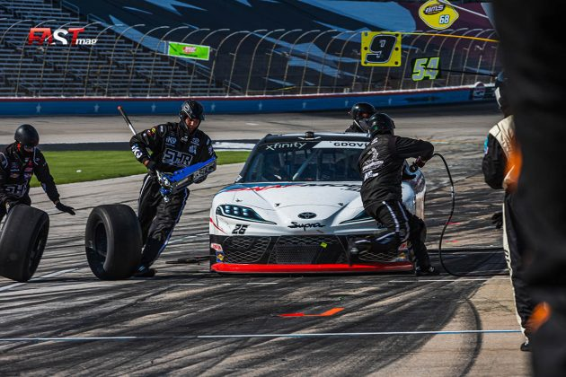 Brandon Gdovic (No. 26 Sam Hunt Racing) haciendo una detención en fosos durante el Alsco Uniforms 250 de la serie Xfinity de NASCAR (FOTO: Arturo Vega para FASTMag)