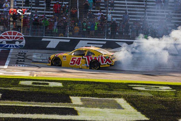 Kyle Busch (No. 54 Joe Gibbs Racing), ganador del Alsco Uniforms 250 para su 99º victoria de la serie Xfinity de NASCAR (FOTO: Arturo Vega para FASTMag)