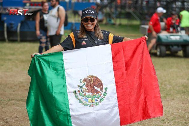 Una aficionada con la bandera de México durante el Music City Grand Prix de la IndyCar en las calles de Nashville (FOTO: Arturo Vega para FASTMag)