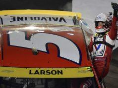 Larson gana en noche explosiva en Bristol (FOTO: Logan Riely/NASCAR)