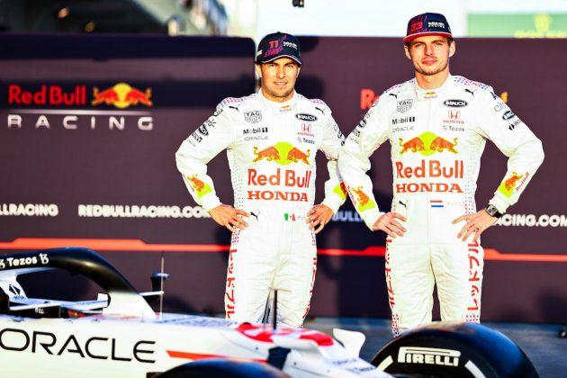 Checo Pérez y Max Verstappen con uniformes especiales con los que honrarán a Honda en el GP de Turquía (FOTO: Mark Thompson/Red Bull Content Pool)